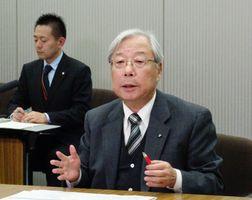 会見で広島高裁決定に関して所感を述べる九州電力の瓜生道明社長=東京・大手町の電気事業連合会