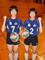 「長岡選手と同じコートに立つのが夢」と話す高尾理紗子さん(左)と酒井陽さん=基山町総合体育館