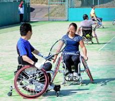 川野将太選手(左)とペアを組み笑顔でプレーする上地結衣選手(左から2人目)=嬉野市のみゆき公園