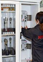 「時短要請を受け入れる」というカラオケ店サウンドビレッジ。マイクを消毒する機器を入れるなど感染防止策を幾重にも施して営業している=武雄市北方町