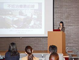 最新の不妊治療について説明する高木病院副院長の小島加代子さん=佐賀市の佐賀新聞社
