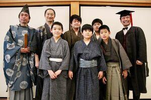3月に発表公演を開いた賢人ジュニア第2期生と、おもてなし隊のメンバー(提供写真)