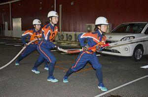 軽可搬ポンプ操法の訓練に取り組む唐津市消防団女性消防隊=同市石志の唐津消防署中部分署