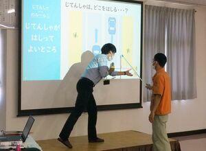「やさしい日本語」で作成した資料を基に進行した交通安全教室=佐賀市久保田町のケイエスケイツール