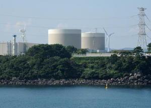 円すい形の建物が九州電力玄海原発1号機(手前)と2号機=東松浦郡玄海町