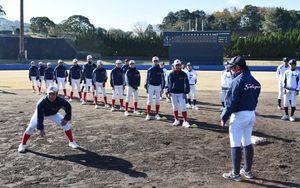 西部ガス硬式野球部から走塁の指導を受ける中学生の野球部員=伊万里市の国見台野球場