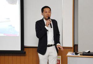 アクティブラーニング授業に使用する「M2B」について説明する九州大基幹教育院の山田政寬准教授=基山町の東明館