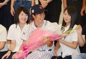 壮行会に駆け付けた中学時代の同級生らに囲まれ笑顔を見せる緒方佑華選手(中央)=江北町公民館