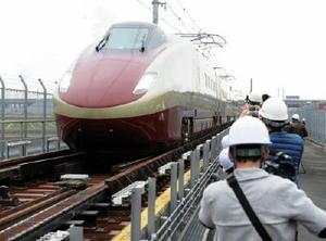 走行試験で、JR新八代駅を過ぎ、軌間変換装置の上を通過し在来線のレール幅に切り替えるフリーゲージトレイン=3月、八代市
