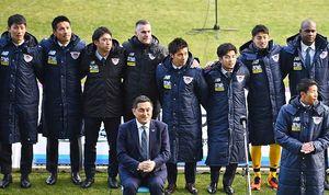 新体制発表会で選手たちと肩を組むルイス・カレーラス監督(後列左から4人目)=鳥栖市の鳥栖スタジアム