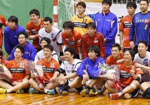 トヨタ紡織九州の3選手が今季で引退。試合後、記念写真に納まる中畠嘉之(前列右)、野田巨樹(同左から2人目)、鈴木優太(同左)=県総合体育館