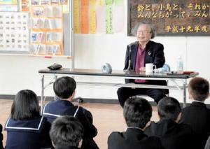 生徒にハンセン病の差別の歴史と自身の体験を話す平澤さん=佐賀市の城西中