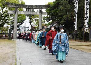 春季例大祭で拝殿に向かう宮司や参列者たち=唐津市の唐津神社