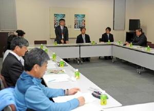 学童オリンピックの新年度の協議日程などを確認する各競技団体の代表者たち=佐賀市の佐賀新聞社