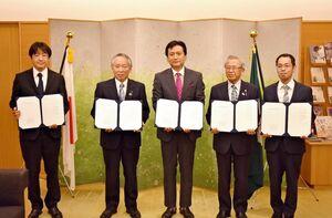 災害時の応援体制強化で協定を締結した山口祥義知事(中央)ら=県庁