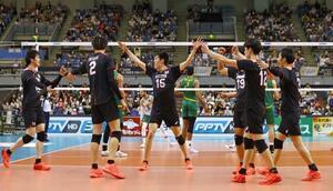 オーストラリアを破って準決勝進出を決め、喜ぶ石川(左端)ら日本の選手たち=千葉ポートアリーナ