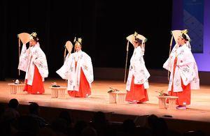 浦安の舞(江北町)=佐賀市文化会館