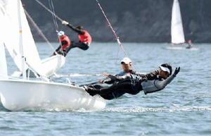 セーリング成年男子470級で優勝した岡田奎樹(左)、宮口悠大ペア=岩手県のリアスハーバー宮古
