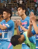 試合終了後、サポーターの声援に応える鳥栖MF鎌田(右)=鳥栖市のベストアメニティスタジアム