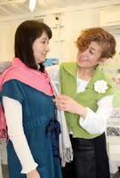 ストールを使ったおしゃれを提案する原田眞理子さん(右)。「自分に似合う色を見つけて」と話す