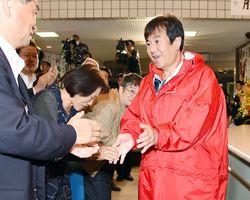 当選が確実となり、事務所に到着して笑顔を見せる原口一博氏(右)=22日午後8時21分、佐賀市神野東の事務所