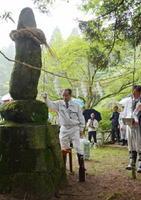 成富兵庫茂安の水功碑にお神酒を捧げ、拝礼した兵庫祭=吉野ヶ里町松隈の蛤岳