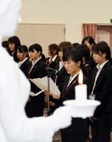 新入生を代表し、誓いのことばを述べる保健学科の原野恵利香さん=佐賀市の県立総合看護学院