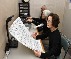 伊万里市の広報紙を録音して目の不自由な人に届ける活動を33年続けている=伊万里市民センター