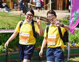 人気アニメの仮装は沿道の観客に大人気=吉野ケ里歴史公園