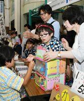 子どもたちが買い物に訪れにぎわう子ども夜市=佐賀市の白山名店街