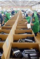 入札会でノリの品質をチェックする流通業者=佐賀市の佐賀海苔共販センター