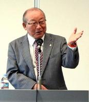 講演する「認知症の人と家族の会」代表理事の高見国生さん=佐賀市のアバンセ