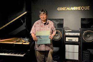 高校2年生でジャズに傾倒するきっかけとなったチック・コリアのレコード「リターン・トゥ・フォーエヴァー」を手にする西村徳久さん=佐賀市のシネマテーク