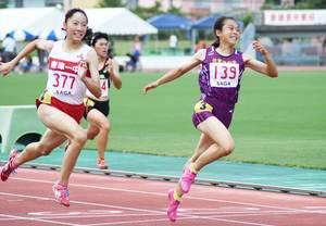 陸上女子3年100メートル決勝で優勝した清和の梶原光姫(右)。左は2位の永石小雪(唐津一)=佐賀市の県総合運動場陸上競技場