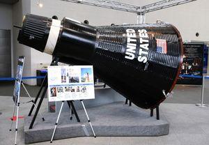 1961年から63年まで6人が宇宙飛行したアメリカのマーキュリー宇宙船のレプリカ。直径1・8メートル、高さ3・3メートル、重さは1・9トン。