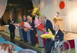 永年会員表彰で祝福を受ける会員=唐津シーサイドホテル