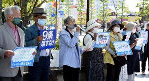 街頭活動でそれぞれの思いを書き記したプラカードを手にする護憲派の参加者ら=佐賀市駅前中央の駅前まちかど広場