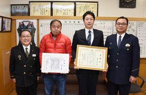 感謝状を受けた江頭史義さん(左から2人目)と大塚光将さん(同3人目)=鳥栖署