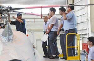 ヘリコプターの機体の説明を受ける航空科の生徒=佐賀市の佐賀空港