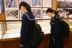 佐賀城本丸跡出土品を眺める鹿児島市の緑丘中の生徒たち=佐賀市の佐賀城本丸歴史館