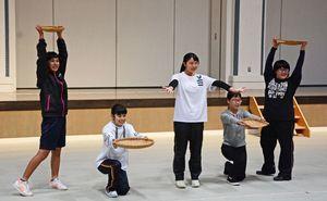 12月の本番に向け、練習に熱が入るAKMアミューズのメンバー=有田町の〓の博記念堂