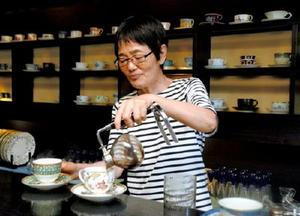 サイホンでコーヒーをいれる店長の久冨泰子さん=佐賀市駅前中央のらんばん