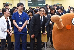 参加者に囲まれて笑顔を見せるコロッケさん=佐賀大学医学部付属病院