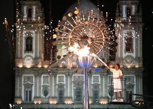 2016年のリオデジャネイロ五輪で観光名所カンデラリア教会の前の「第2の聖火台」に点火される聖火(共同)