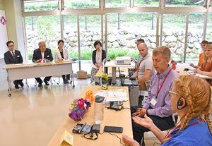 村上市長(左)らと話す米国の教員ら=嬉野茶交流館チャオシル