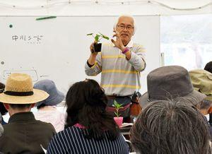 来場者に夏野菜の育て方などを教える、中川シードの中川達也社長=神埼市郡の吉野ケ里歴史公園