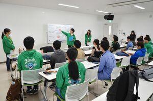 実験イベントのルールなどについて説明を受ける参加者たち=佐賀市の佐賀バルーンミュージアム