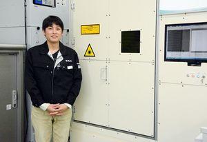 フィルムを加工するレーザー切断装置を開発した武井電機工業の池田圭太さん=三養基郡みやき町