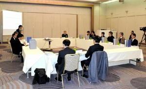 玄海原発の再稼働に関して九電から申請内容を聴取した佐賀県の原子力安全専門部会=佐賀市のグランデはがくれ
