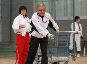 ノックバットを振る久保田昭監督。守備と機動力を鍛え、チームを全国屈指の強豪に押し上げた=2006年12月、佐賀女子高グラウンド